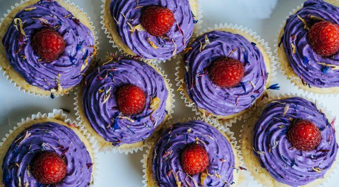 Zitronen-Cupcakes mit Beerentopping